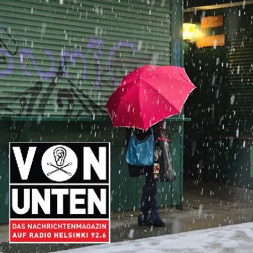 VON UNTEN, Frau mit Regenschirm